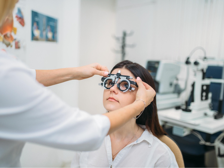 眼镜厂家:眼镜片磨损后还有的救吗?