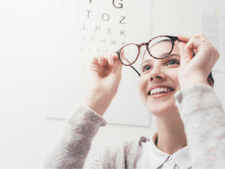 眼镜生产厂家教你店内如何给消费者推荐眼镜。