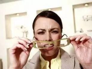 眼镜oem加工厂告诉你长期佩戴变形与磨损的眼镜是多恐怖!