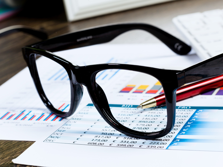 眼镜店销售员怎么告诉顾客适合哪款镜片?(一)